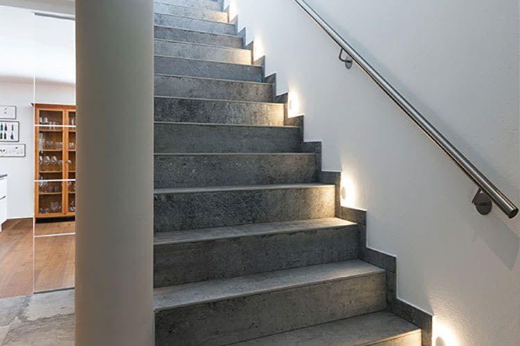 Verbaute Lichter sorgen für einen sicheren Treppenaufgang