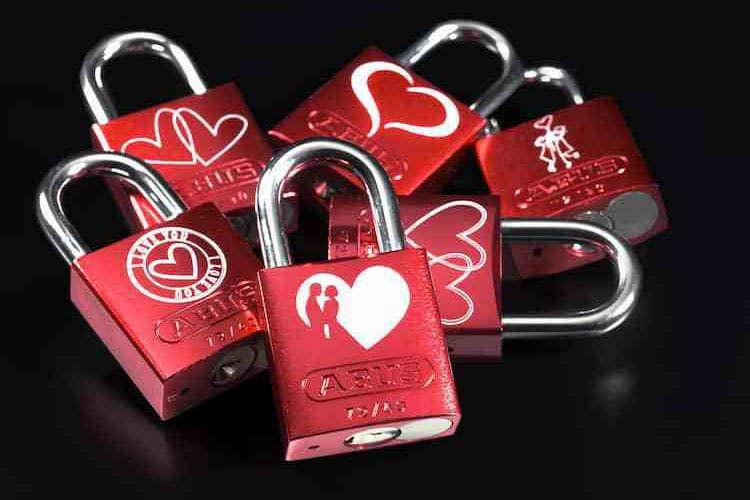 Die ABUS Love Locks 72/40 bieten eine große Auswahl an Motiven. Die andere Seite kann mit einer Gravur versehen werden