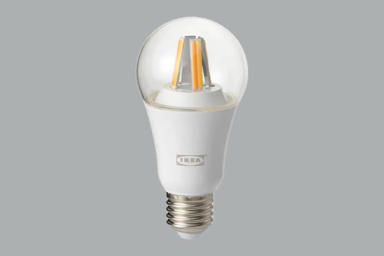 Dieses TRÅDFRI LED-Leuchtmittel ist 6 x 6 x 12 Zentimeter groß