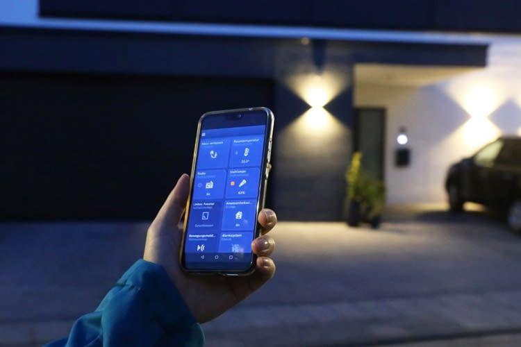 Eingebunden in ein Smart Home lässt sich das Garagentor zusammen mit der Beleuchtung steuern