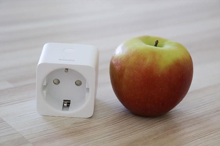 Der Philips Hue Smart Plug ist im Größenvergleich nicht größer als ein Apfel. Klein und handlich also.