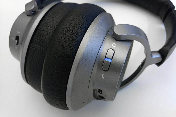 Anker Soundcore Space NC A3021 zeigt mit der blauleuchtenden LED an, dass er eingeschaltet ist