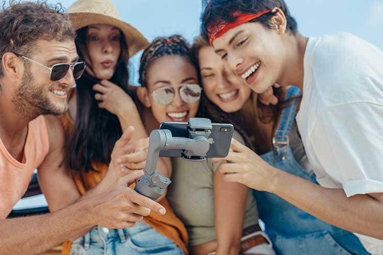 Mit dem Smartphone Gimbal DJI OSMO MOBILE 3 sind gelungene Gruppen-Selfies kein Problem mehr