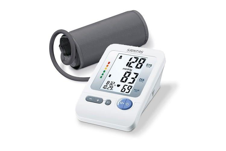 Das Oberarm-Blutdruckmessgerät von Sanitas misst vollautomatisch