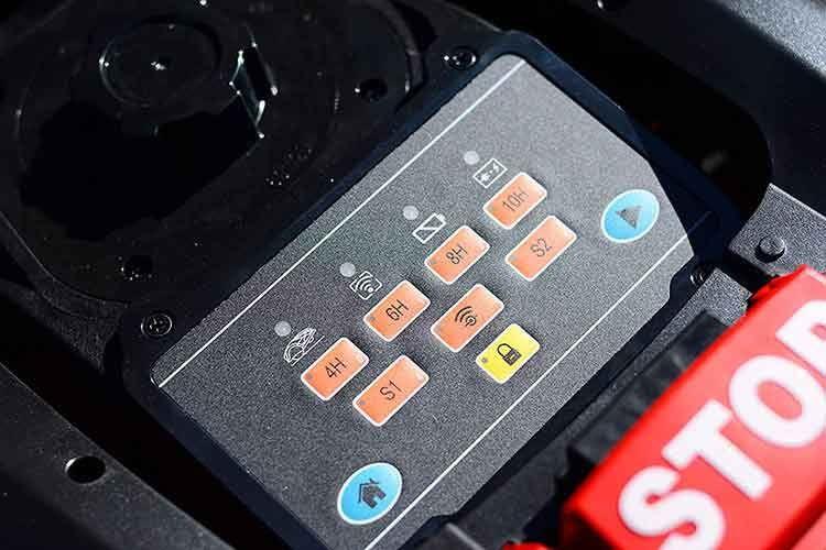 Das Bedienfeld des Yard Force Mähroboters LUV600Ri ist schlicht gehalten, Mähzeiten lassen sich auch per App festlegen