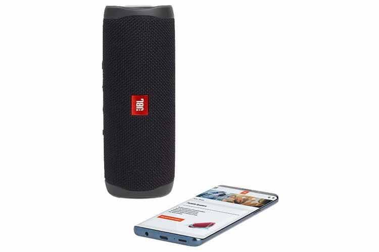 Mit JBL Flip 5 lässt sich jetzt auch via USB-C Kabel das Smartphone aufladen