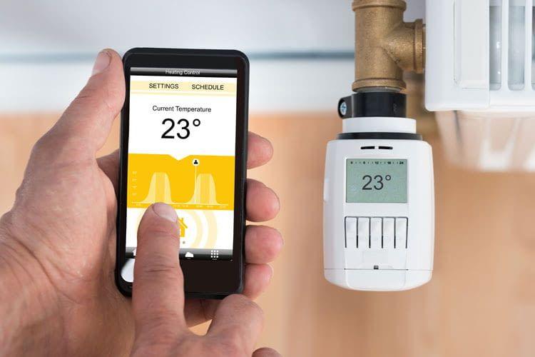 Per App gesteuerte Thermostate übernehmen die Eingabe vom Smartphone und heizen auf die gewünschte Temperatur
