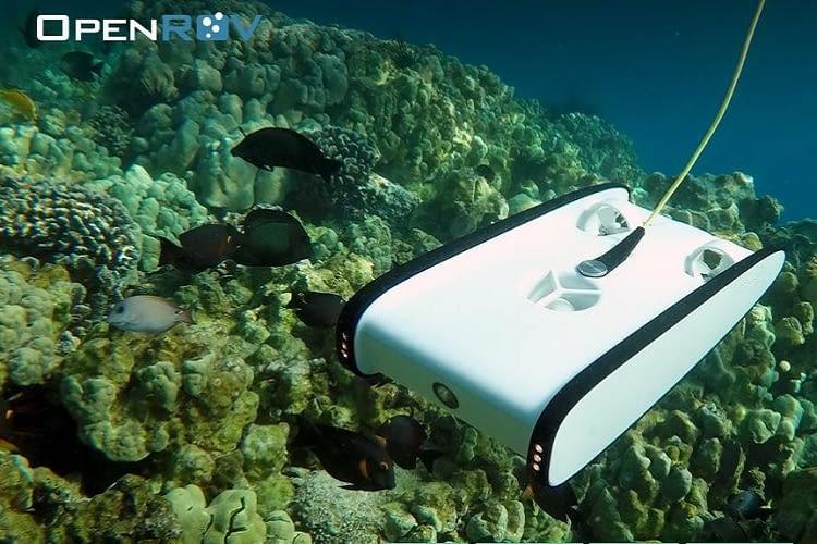 Die Trident OpenROV Tauchdrohne hängt per Schwimmkabel an einer Funkboje