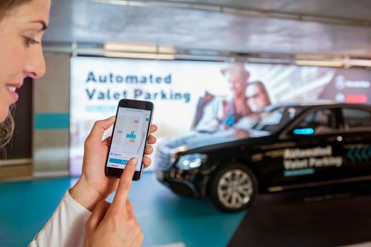 Mercedes-Benz und Bosch führen das fahrerlose Einparken im Parkhaus ein