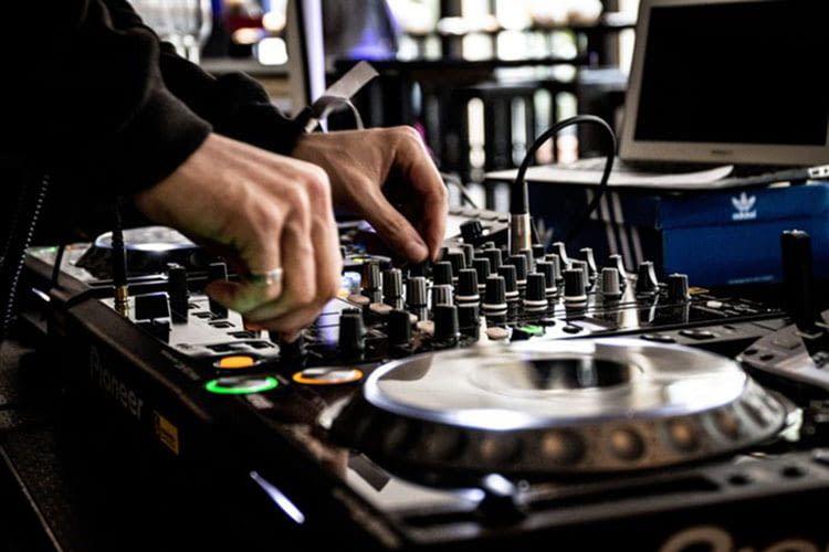 Die Musikschnitt-Software sensAI-Music wertet die emotionale Einstellung von Musikstücken aus
