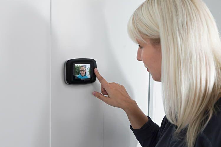Beim digitalen Türspion sieht das Gegenüber nicht, dass er/sie beobachtet wird