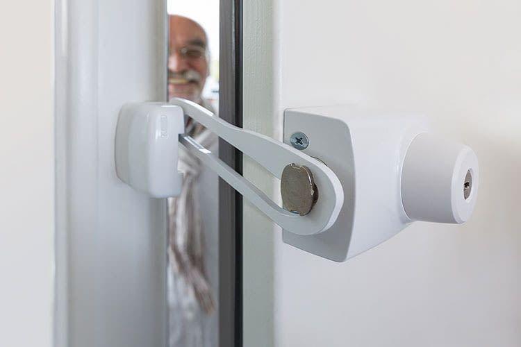 Das ABUS Tür-Zusatzschloss 7035 mit Sperrbügel verhindert, dass Trickbetrüger einen Fuß in die Tür stellen können