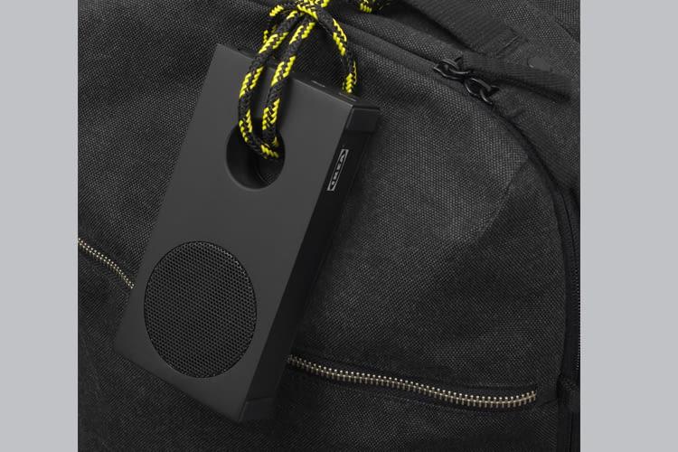 Der neue, schwarze ENEBY Lautsprecher lässt sich einfach überallhin mitnehmen