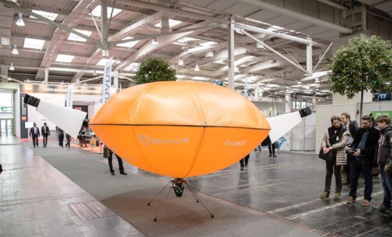 Entwickler Csaba Singer (Mitte) stellt h-aero Messebesuchern vor