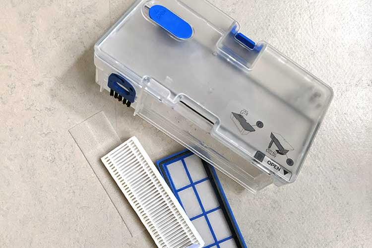 Zum Leeren des Staubbehälters muss der Filter abgenommen werden, danach lässt sich der Inhalt in die Mülltonne entsorgen