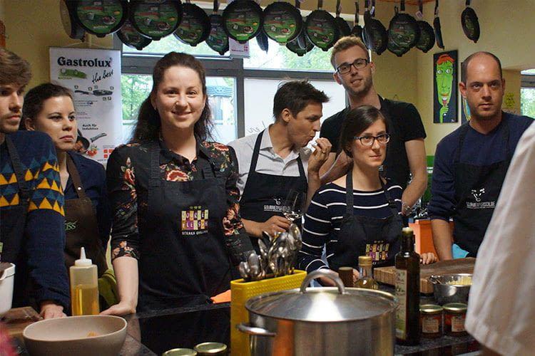 Das Team von home&smart bei einem Teamevent: Kochkurs 2017