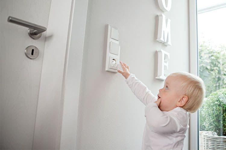 Eine Steckdosenabdeckung gehört zur grundlegenden Ausstattung für die Erhöhung der Kindersicherheit im Zuhause