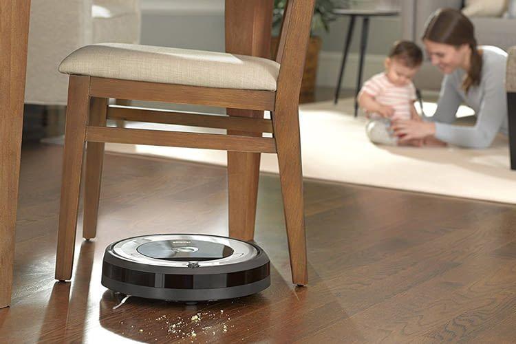 Der iRobot Roomba 680 Saugroboter passt auch unter die meisten Möbel
