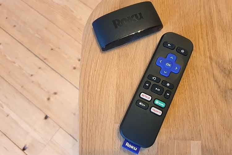 Roku Streaming Stick 4K (oben) mit Fernbedienung (unten). Im Test haben wir bei der Remote die Lautstärketasten vermisst