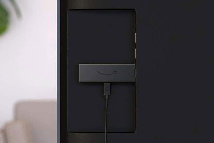 Dank kurzer Maße passt der Amazon Fire TV Stick Lite problemlos in den HDMI Schacht beim Fernseher
