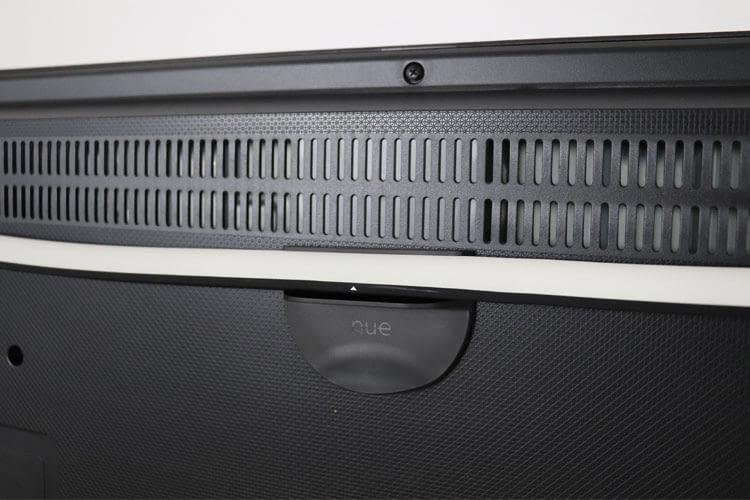 Auf dem Philips Hue Play Gradient Lightstrip findet sich ein Pfeil, der Hilfe bei der Montage und Befestigung an der Halterung gibt