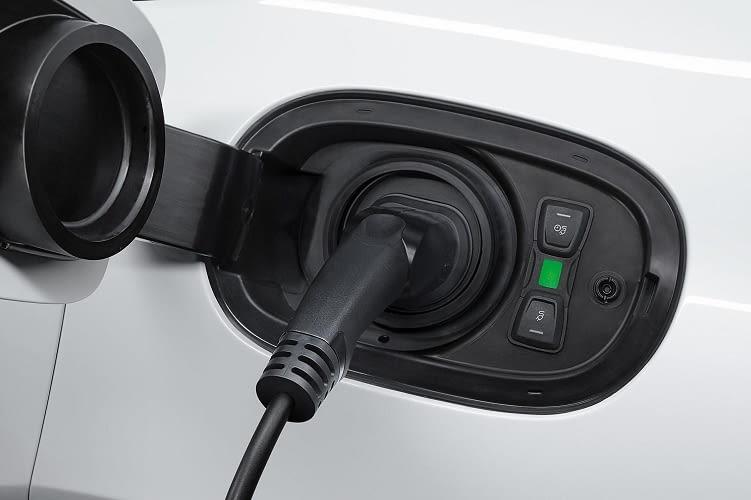 Mithilfe der Car Connect-App kann der Ladevorgang des Panamera Hybrid mit dem Handy überwacht werden