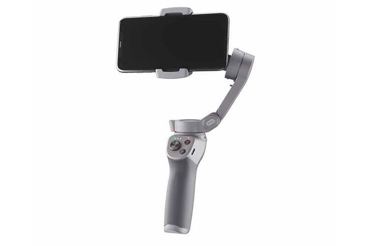 DJI OSMO MOBILE 3 mit eingelegtem Smartphone. Die 4 LEDs am Griff geben den Akku-Zustand an