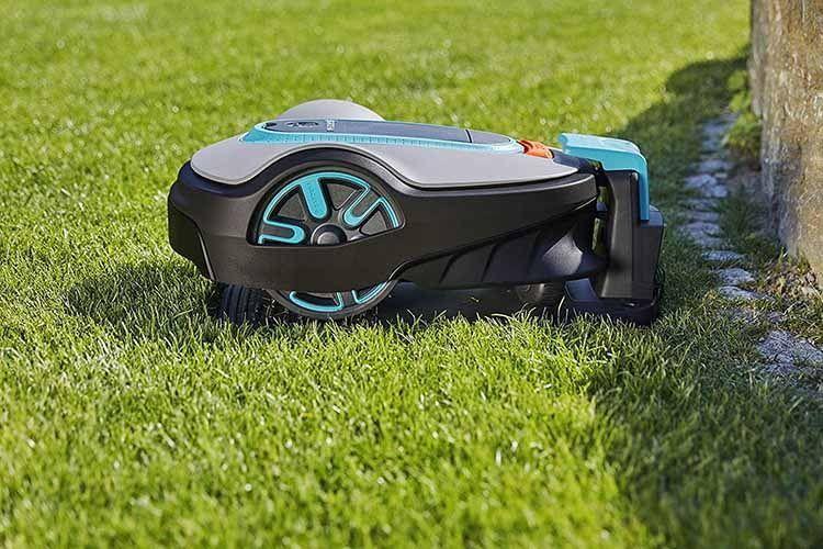 Anhand der im Garten verlegten Kabel finden Rasenroboter wie GARDENA smart SILENO life Set 1000 zur Ladestation zurück