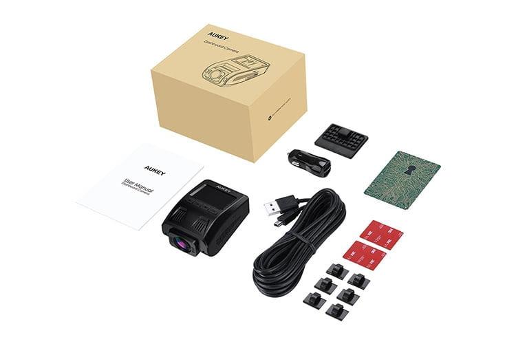 AUKEY Dashcam Lieferumfang: Kamera, Verbindungskabel, Kabelklemmen und Klebestreifen