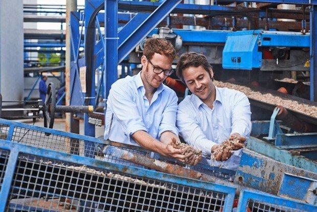 Simon und Jakob von Polarstern-Energie begutachten die Zuckerrübenschnitzel-Verarbeitung