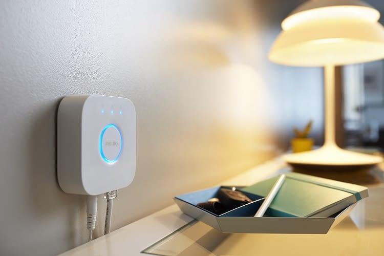 Nur die rechteckige Philips Hue Bridge der zweiten Generation erlaubt die einfache Verbindung der Hue-Lampen mit Apple HomeKit.