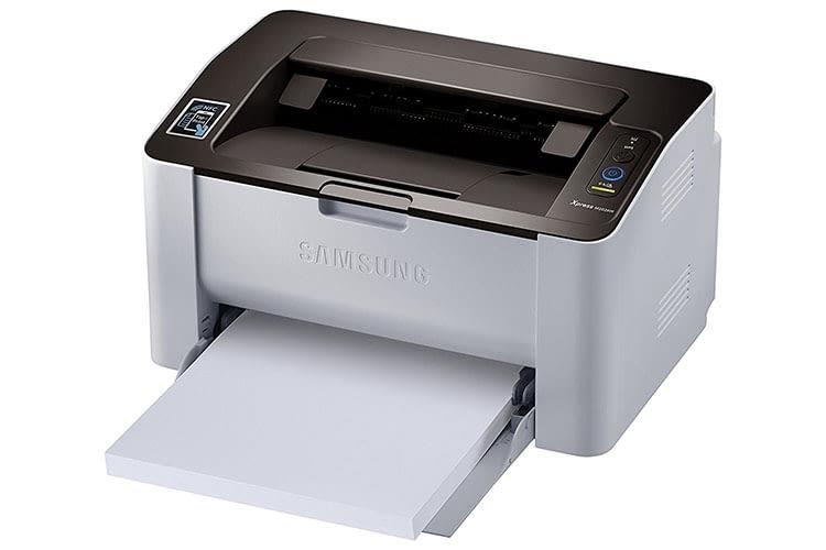 Die Papierkassette des Samsung Xpress SL-M2026W muss aus dem Gehäuse gezogen werden