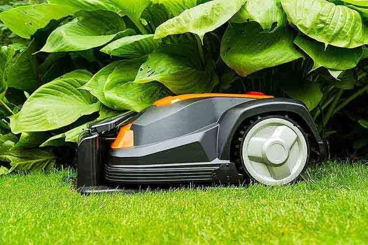 Der Yard Force SA900ECO mäht Rasenflächen bis zu einer Größe von 900 Quadratmetern und arbeitet autonom ohne Vernetzung