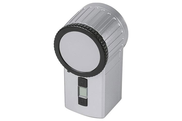 Am kleinen Drehrad, oder über die kleinen Knöpfe können Anwender auch manuell die Türe ent- und verriegeln