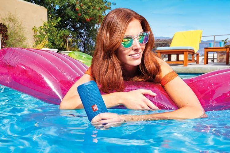 Die mobile Bluetooth-Box JBL Flip 4 verträgt sich auch mit Wasser und eignet sich damit perfekt für Strand und Pool