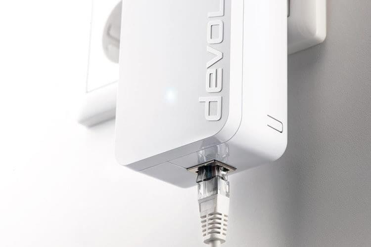 Netzwerkkabel werden an der Unterseite des devolo dLAN 1200+ Powerline Adapters eingesteckt