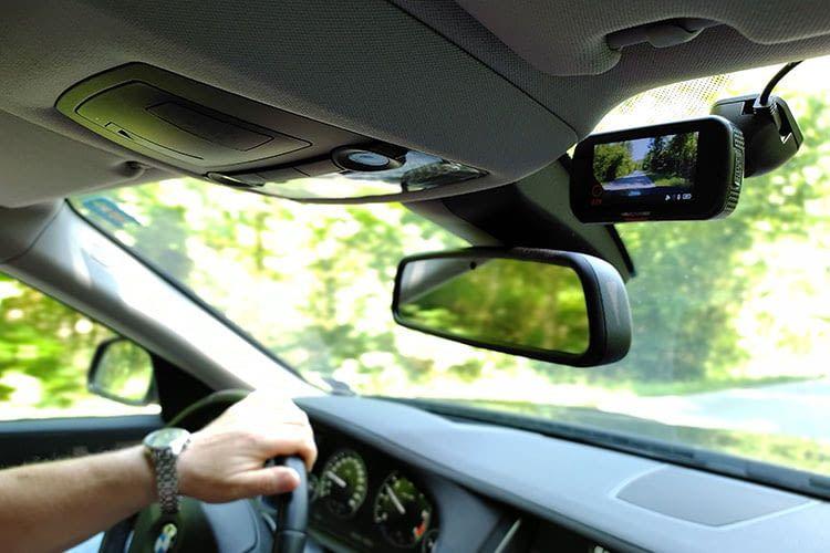 Bei wechselnden Lichtverhältnissen sieht die Dashcam häufig mehr als der Fahrer