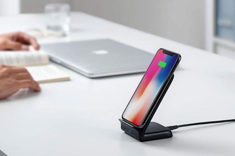 Mit dem Anker PowerWave 7.5 Stand lassen sich Smartphones kabellos aufladen
