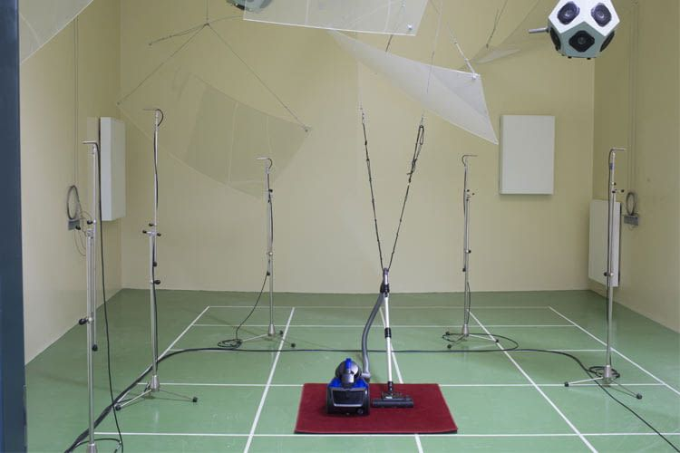 Vacuum cleaner acoustic test in the Stiftung Warentest laboratory