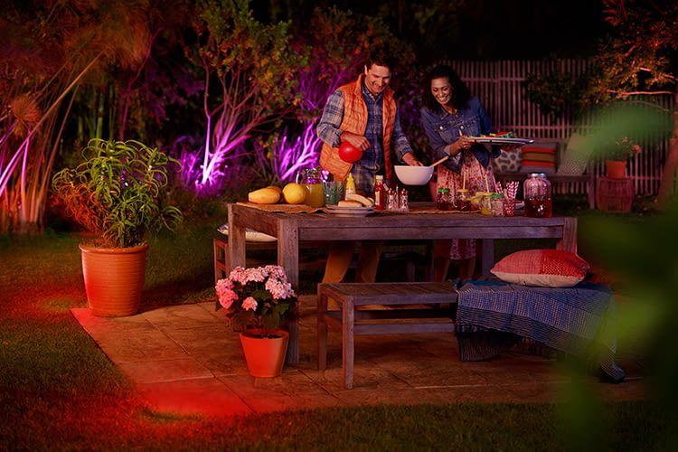 Die Philips Hue Outdoor-Lichtlösungen sorgen für Stimmung im Garten