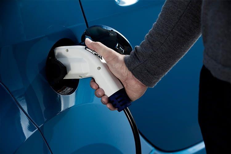 Über eine CHAdeMO-Ladestation lässt sich der Peugeot iOn in 30 Minuten zu 80% laden