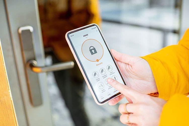 Ein elektronisches Türschloss lässt sich per Smartphone öffnen - ist das auch sicher?