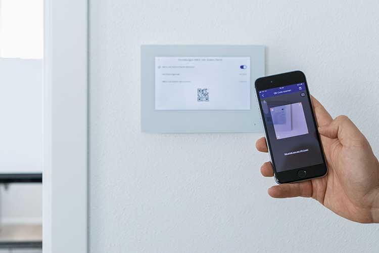 Die Bedienung der ABUS ModuVis Türklingel im Wohnungsinneren erfolgt via Smartphone oder per Touchdisplay
