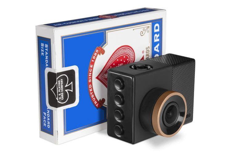 Die Garmin Dash Cam 55 ist unauffällig und kleiner als ein Kartenspiel