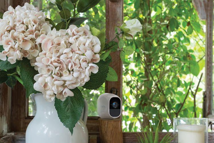Die Alexa-kompatible Netgear Arlo Pro 2 HD-Überwachungskamera überwacht den Wintergarten