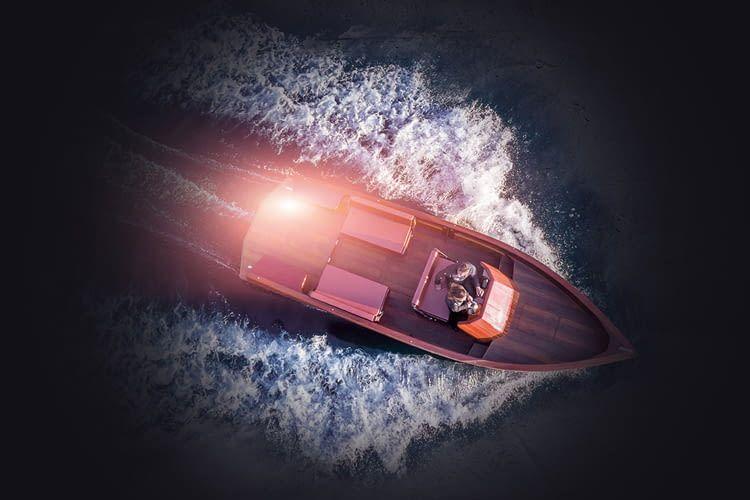 Das Riva E-Commuter Boot ist das erste elektrisch betriebene Holzboot