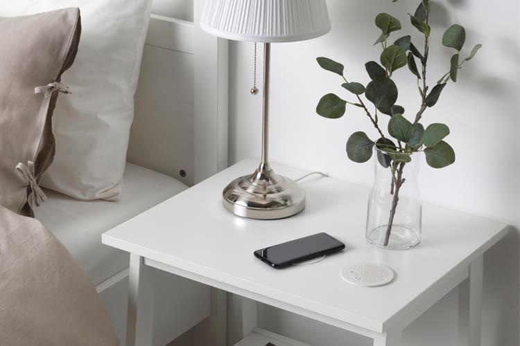 Dieser IKEA ENEBY Lautsprecher verfügt über ein eingebautes Mikrofon zur Beantwortung von Telefonanrufen