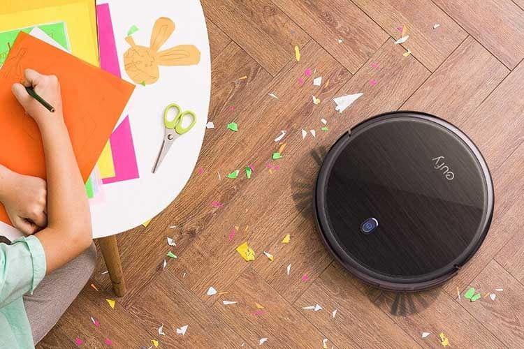 Nach der Bastelstunde fühlt sich Ankers Saugroboter eufy Roomba 671 in seinem Element