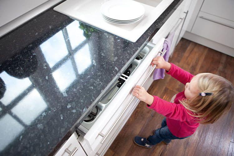 Schubladen mit gefährlichen Gegenständen sollten Eltern vor ihren neugierigen Kindern absichern