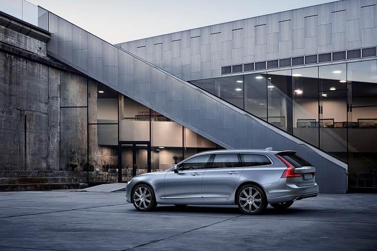 Der Volvo V90 lässt sich gut mit dem Mercedes E 350 e vergleichen
